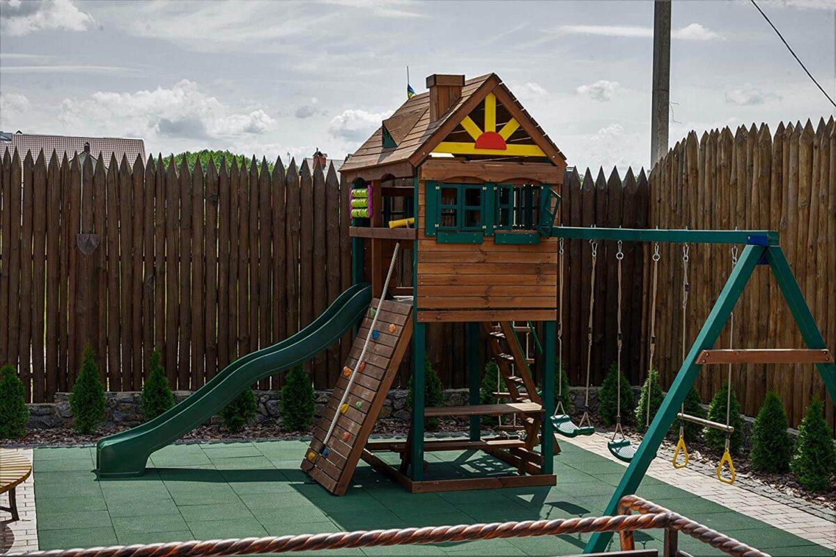 Domowy plac zabaw z bezpieczną nawierzchnią