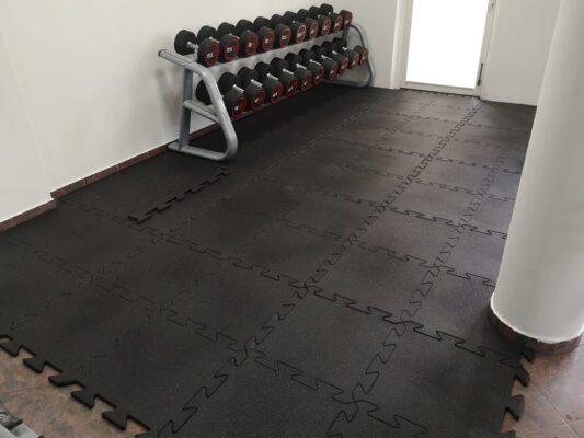 Podłoga gumowa typu puzzle - wersja PREMIUM BLACK 20 mm z wtrąceniem czerwonym