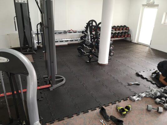 Podłoga sportowa do siłowni - czarna z wtrąceniem barwionym - LIVEFLOORING.com